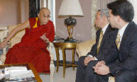 dalai.jpg 成田空港近くのホテルで民主党議員らと会談するチベット仏教の最高指導者ダライ・ラマ14世=12日午後、千葉県成田市